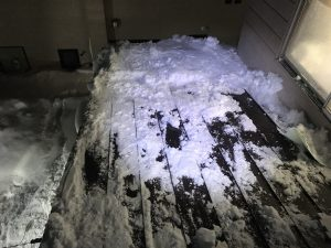 傾斜屋根の氷