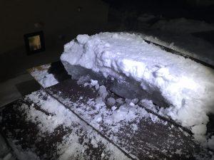傾斜屋根の分厚い氷