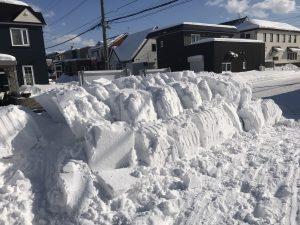 駐車場除雪作業後の雪山
