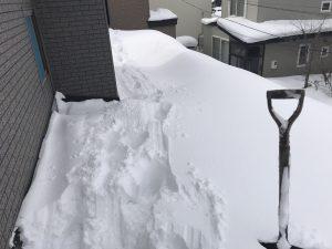 傾斜屋根の雪下ろし