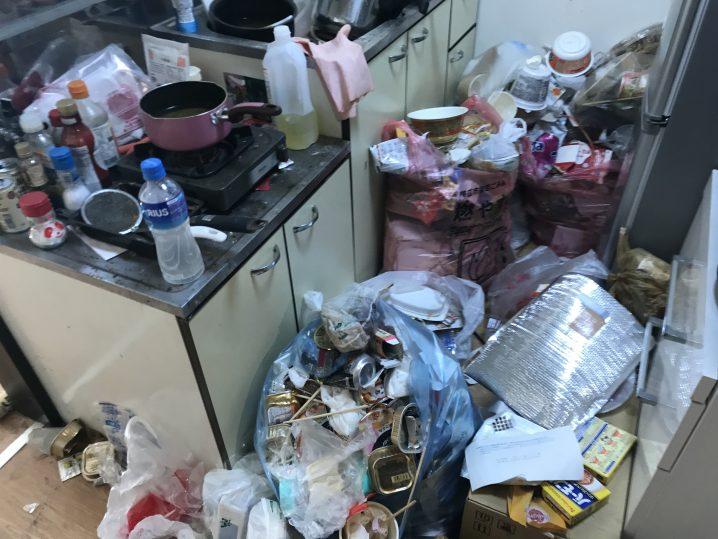 食品ゴミだらけのキッチン