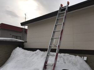 雪の上の二連梯子