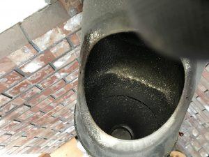 円筒内に付着した煤。掃除時期です