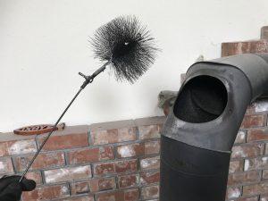 煙突掃除に必須のブラシ。サイズに注意
