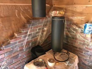煙突を外して煤掃除