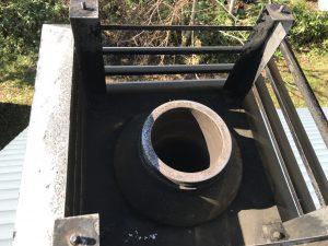 煙突トップの煤掃除