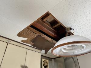 天井に穴が空き、大量の水が降ってくる