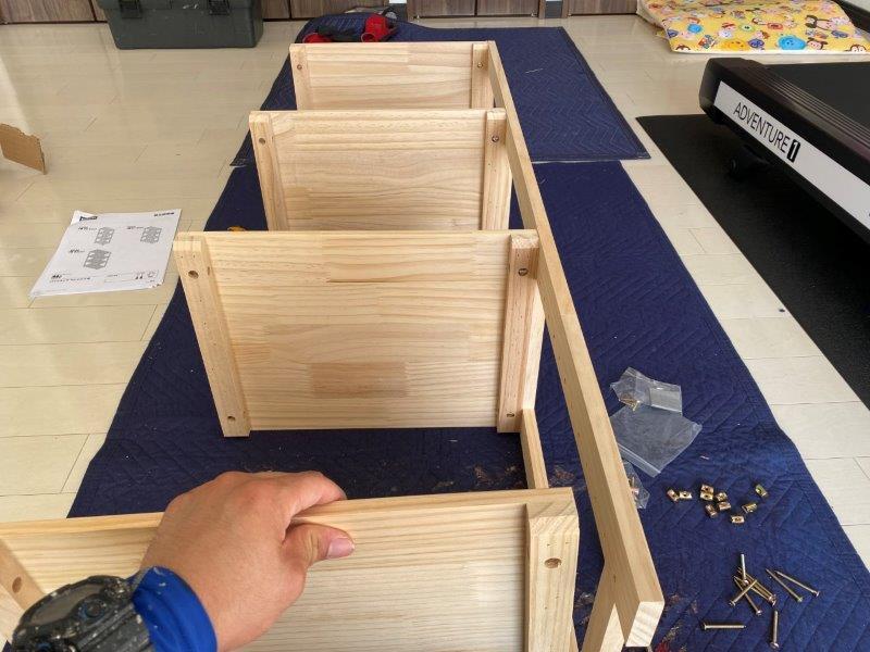 木製の棚の組み立て