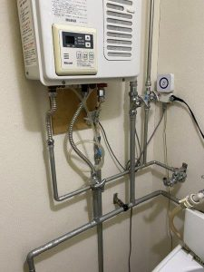 ボイラー下の配管を保温する